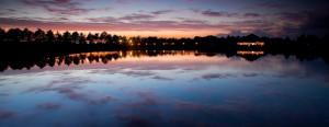 Genieten van zonsondergang aan het water
